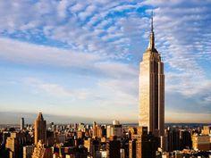 O Empire State Building ergue-se majestosamente no coração de Manhattan. O observatório no 86 º andar do edifício, 320 metros acima da rua, tem deslumbrado visitantes desde 1931.