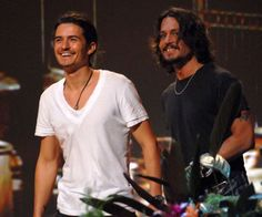 Pin for Later: A Look Back at the Best of the Teen Choice Awards Pirates of the Caribbean costars Orlando Bloom and Johnny Depp accepted a colorful surfboard award in Narnia, Johny Depp, Divas, Celebrity Dads, Celebrity Style, Ben Affleck, Cultura Pop, Pirates Of The Caribbean, Models