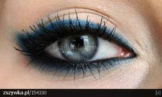 Black eyeliner and blue eyeshadow. What I would do for those eyes!!