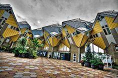 Si tratta di un singolare progetto architettonico, caratterizzato da vari edifici a forma di cubo rovesciato, ideato negli anni settanta dall'architetto olandese Piet Blom. Si tratta di complessi residenziali che si possono ammirare nelle città di Helmond e Rotterdam. Le opere di Piet Blom si possono ammirare anche a #Toronto.
