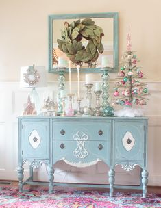 What a gorgeous Christmas home tour, full of colorful and vintage decorations with a touch of elegance. Christmas Buffet, Pink Christmas Tree, Christmas Bedroom, Shabby Chic Christmas, Christmas Home, Vintage Christmas, Christmas Ideas, Outdoor Christmas Decorations, Vintage Decorations
