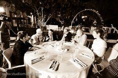 השולחן הוא המרכז של האירוע. כשאנשים יושבים סביבו אוכלים ומדברים. תמונה נהדרת של אוירה באירוע