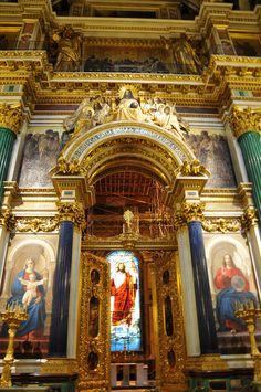 Interior da Catedral de Santo Isaac em São Petersburgo, Rússia. de Santo Isaac em São Petersburgo, Rússia. Adornam a catedral quase 400 obras entre esculturas, pinturas e mosaicos. Para dourar a cúpula de 21,8 m de diâmetro, empregaram-se cerca de 100 kg de ouro.  Fotografia: Dennis Jarvis no Flickr.