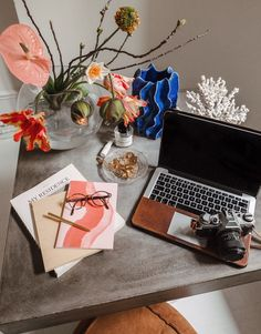 Lisa Olsson, digital content creator and influencer shares what's on her desk and how she schedules her day to be more productive. #Deskgoals