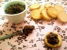 Tepanade de Azeitona Preta 1 xícara de azeitonas pretas (sem caroço) 2 colheres de sopa de alcaparras 3 a 4 filés de anchova 1 dente de alho 1 colher de sopa de vinagre balsâmico (ou 1/2 colher de limão espremido e 1/2 colher de molho inglês) 1 colher de chá de mostarda tipo dijon (opcional) 1 colher de chá de ervas finas desidratadas 3 ou 4 tomates secos (opcional) 1 pitadinha de sementes de erva doce (opcional) Azeite e pimenta do reino a vontade