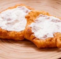 Főzni jó - Foszlós lángos Langos are bread dough quickly fried, topped with cheese, garlic and sour cream. Oh my word, you have died and gone to heaven! Hungarian Cuisine, Hungarian Recipes, Hungarian Food, Yummy Food, Yummy Recipes, Sour Cream, Baked Goods, Camembert Cheese, Food To Make