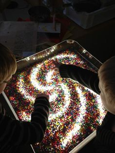 Ekuddens förskola, Bubblan This looks like a sensory clear container with colored beads on top of a light table. Wonderful sensory and discovery activity at Ekuddens förskola, Bubblan ≈≈ Sensory Table, Sensory Bins, Sensory Activities, Sensory Play, Preschool Activities, Reggio Emilia, Sensory Lights, Licht Box, Light Board