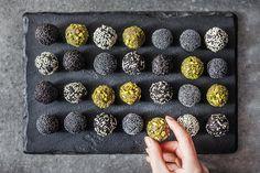 I cukroví může být plné vitaminů a minerálů! Přidejte letos k tradičním druhům tyhle kuličky ze zdravých surovin a hned budete mít z vánočního mlsání lepší pocit Blackberry, Food And Drink, Gluten Free, Sweets, Vegan, Cookies, Chocolate, Fruit, Desserts