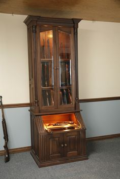8 Gun Cabinet with Pistol Display