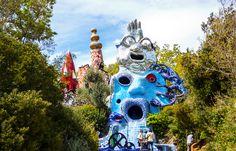 Se questa estate avete intenzione di trascorrere qualche giorno nella Maremma toscana a Capalbio, provincia di Grosseto, dovete visitare il Giardino dei Tarocchi, opera dell'artista franco-statunitense Niki de Saint Phalle. Questo giardino è conosciuto per