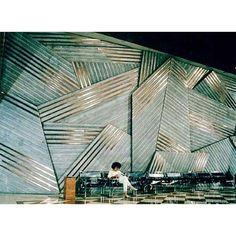 Maria Bonomi | S/Título, 1984 concreto e cobre, 575 x 1315 cm - Banco Exterior de Espanha, Santiago do Chile