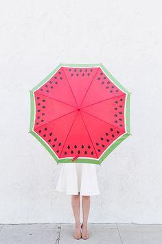 Mit so einem Wassermelonen-Schirm heitert ihr die triste Jahreszeit auf! Zum Selbermachen: DIY