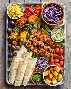 Grilled wild shrimp taco platter, with grilled veggies, pineapple and of course my spicy guacamole! Hope your week is off to as good of a start as ours! Shrimp 🍤 🌮 🍻 #tacotuesday #sheetpandinner #wildshrimp #taco #eattherainbow