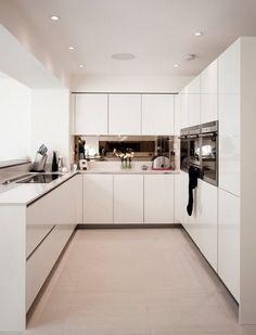 cuisine en U blanche avec armoires minimalistes sans poignées