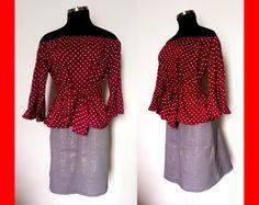 Blusa con hombros descubiertos y manga con puño campana en tela vino tinto estampado  y falda corte tipo A en drill strech color gris con estampado sutil Talla 8