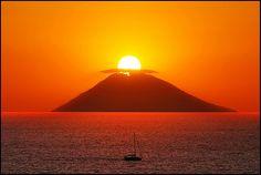 Stupendo tramonto.. il sole sembra calare nel cratere di Stromboli