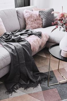 Gegensätze ziehen sich an, hei. TEA ROSE - The interior dream couple Grau & Blush! Opposites attract, they say. And who sees the new Interior Dream Te Scandinavian Sofas, Tumblr Rooms, Opposites Attract, Wall Bar, Velvet Sofa, Bar Furniture, Family Room, Blanket, Living Room