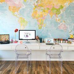 Decoração para Escritório com papel de parede mapa mundi e Cadeiras de acrílico