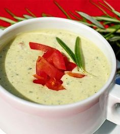 Spicy zucchini soup Low in carbohydrate Easy to lose weight - You can make this delicious zucchini soup in no time. Add some nice red pepper and creme fraiche, t - Sopas Light, A Food, Food And Drink, Lunch Restaurants, Zucchini Soup, Soup Recipes, Healthy Recipes, Soup Kitchen, Cheese Soup