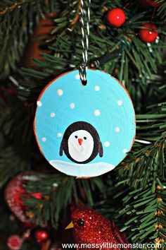 Kids' Christmas party ideas How to make fingerprint penguin wood slice Christmas ornaments. An easy kid - made Christmas ornament DIY for toddlers and preschoolers that doubles up as a keepsake. Great for a penguin, snow or winter project. Kids Make Christmas Ornaments, Easy Christmas Crafts, Christmas Wood, Christmas Ideas, Christmas Holiday, Holiday Fun, Holiday Ideas, Diy Weihnachten, Winter Project