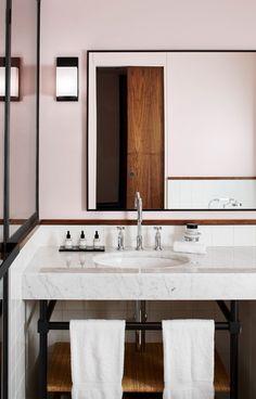 Dans la salle de bains de l'hôtel Le Roch, les lignes hypertendues se montrent zen et la lumière du jour est la norme. Les détails chic ? Une baguette de noyer en guise de cimaise et les soins Codage.