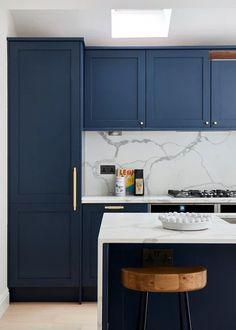 35 Practical Storage Ideas For A Small Kitchen Organization - The Trending House Dark Blue Kitchen Cabinets, Dark Blue Kitchens, Green Kitchen, New Kitchen, Kitchen Cabinet Design, Kitchen Interior, Kitchen Decor, Best Kitchen Lighting, Cuisines Diy