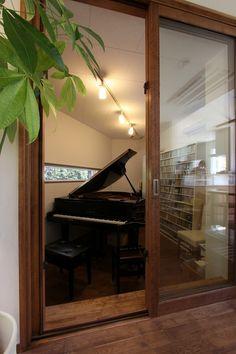 ピアノ室(ピアノと暮らす家)- その他事例|SUVACO(スバコ) Piano Room Decor, Hobby Room, Grand Piano, House Goals, Interior Design Living Room, Furniture Decor, Diy Home Decor, New Homes, Music School