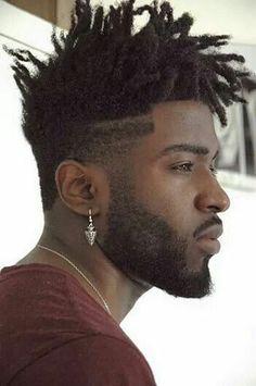 Corte de cabelo masculino com dread, degradê nas laterais e riscas de navalha