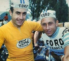 Tour de Francia de 1966. Lucien Aimar luce el maillot amarillo junto a su compañero de equipo Jacques Anquetil