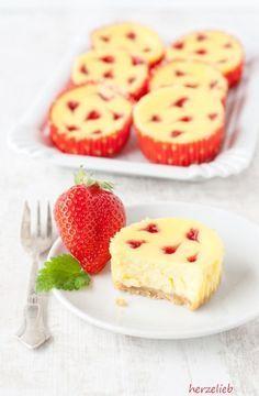 Diese Käsekuchen-Muffins sind schnell zu backen. Das Rezept reicht für 12 kleine Käsekuchen in Muffinförmchen. Mit den Erdbeerherzen ein echter Hingucker