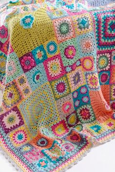 SEWING BLANKETS Vintage Sweethearts Blanket: This blanket has been inspired not only by my love of granny squares but also by memories of wonderful crochet and knitted blankets around me as a child.The Vintage Sweethearts blanket by Cherry Heart. Plaid Au Crochet, Bag Crochet, Crochet Crafts, Crochet Projects, Free Crochet, Crotchet, Blanket Crochet, Crochet Owls, Crochet Afgans