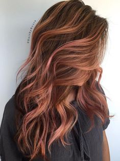 Rose gold balayage is the love child of the subtle highlighting technique and an up-and-coming sumptuous shade. Balayage uses a sweeping method to paint the hair without using foil. This natural… Hair Color Highlights, Hair Color Balayage, Auburn Balayage, Bayalage Red, Copper Balayage Brunette, Auburn Hair Balayage, Rose Gold Highlights, Caramel Highlights, Gold Hair Colors