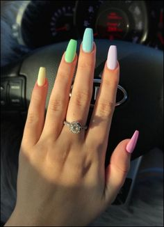 False nails have the advantage of offering a manicure worthy of the most advanced backstage and to hold longer than a simple nail polish. The problem is how to remove them without damaging your nails. Aycrlic Nails, Cute Nails, Coffin Nails, Glitter Nails, Nails 2018, Nail Nail, Manicures, Bright Summer Nails, Colorful Nails