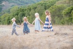 family pictures, what to wear for family pictures, family picture ideas, family… Large Family Poses, Family Picture Poses, Fall Family Photos, Family Photo Sessions, Family Of 6, Sibling Photography Poses, Sister Photography, Sibling Poses, Siblings