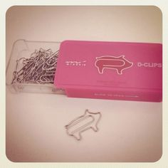 cute piggy paperclips : ) YES! This Little Piggy, Little Pigs, Tout Rose, Piggly Wiggly, Mini Pigs, Cute Piggies, Flying Pig, Paper Clip, Stationery