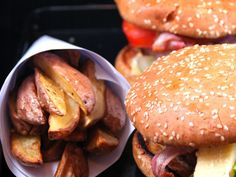 boeuf haché, oeuf, oignon, tomate, bacon, salade, fromage, herbes de Provence, sel, poivre, pain pour hamburger, ketchup, moutarde Hamburger Recipes, Meat Recipes, Cooking Recipes, Burger Mania, Burger Co, Bbq Hamburgers, Cooking Time, Food To Make, Recipes