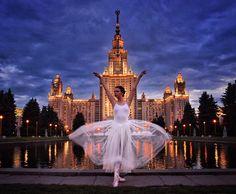 Ez a lány gyönyörű ruhákban pózol a világ legszebb helyein | Cosmopolitan.hu