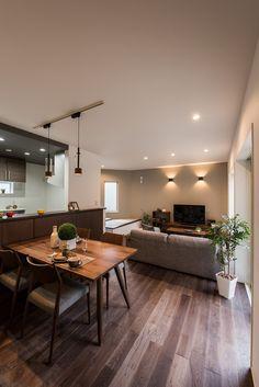 落ち着いた印象のLDK♪家事動線を考えているので、奥様に優しい設計になっています!#カナルホーム#かなるほーむ#新築#マイホーム#注文住宅#自由設計#家#home#マイホーム計画#施工事例#家づくり#インテリア#シンプル#モダン#デザイン#一戸建て#住まい#岡崎#西尾#リビング Condo Living, New Living Room, Living Room Interior, Living Room Decor, Flat Interior, Diy Interior, Interior Design, House Ceiling Design, House Design