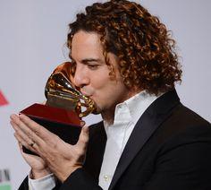 Un eufórico David Bisbal se lleva el segundo Grammy Latino de su carrera #música #cantantes #famosos