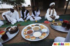 Muslimin Sudan sedang menunggu saat berbuka puasa tiba, di masjid Sheikh Bashir, Omdurman, Sudan (26/07).