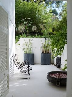 Minimalist garden inspiration with white painted concrete walls and pavement, large scale grey pots of sculptural plants (alliums work well here) and slatted wooden furniture to give a feeling of space. A simple and beautiful garden space. Outdoor Rooms, Outdoor Living, Outdoor Decor, Outdoor Play, Indoor Outdoor, Outdoor Retreat, Outdoor Seating, Outdoor Ideas, Small Gardens