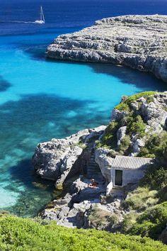 Cala Binidali, Menorca. Todas las playas de #Menorca son una auténtica maravilla y toda la isla merece una visita con mayúsculas. Pero las calitas que no tienen acceso por tierra o este es muy complicado, son ya realmente paradisíacas.
