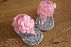 Items similar to Baby girl crochet sandals - cotton yarn - knit flower - Pearl - Wooden button on Etsy Baby Girl Sandals, Crochet Baby Sandals, Baby Girl Crochet, Crochet Shoes, Cute Crochet, Girls Sandals, Knitted Flowers, Handmade Baby, Baby Knitting