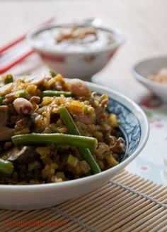 Nasi zonder pakjes | In plaats van de kruiden gebruikte ik Ras el Hanout, verder 300 gr volkoren rijst, 600 gram groente van nasipakket en 400 gr gemarineerd nasivlees. De jongens vonden het helemaal lekker.
