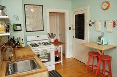 狭いキッチンは収納力で勝負!海外の素敵な実例8選☆ ミントグリーンのキッチン