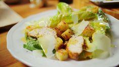 Caesar Cardini a saláta univerzum egyik legfontosabb szereplője, ugyanis az olasz-amerikai fickónak köszönhetjük minden idők egyik legfinomabb salátáját, a cézárt. Nagyon egyszerű receptről van szó, amit egy kis csirkemellel turbóztunk fel. Hozzávalók 2 személyre:A krutonhoz:2 szelet…