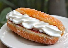 Perfect Yeast Doughnuts…Sugar, and Filled (with Jam, Nutella or Cream) - Creme Doughnuts are my all time favorite doughnut! Recipes With Yeast, Baked Donut Recipes, Baked Donuts, Pastry Recipes, Baking Recipes, Beignets, Delicious Donuts, Delicious Desserts, Yummy Food