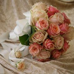Romantischer Brautstrauß mit hellen Rosen.