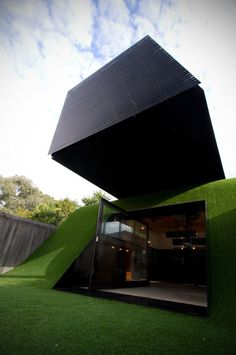 Australian architect Andrew Maynard completed the design for a modern home extension, entitled Hill House and located near Melbourne. The project sits on n artificial hill and was built for a family of five. Houses Architecture, Beautiful Architecture, Contemporary Architecture, Interior Architecture, Melbourne Architecture, Dynamic Architecture, Sustainable Architecture, Interior Exterior, Exterior Design
