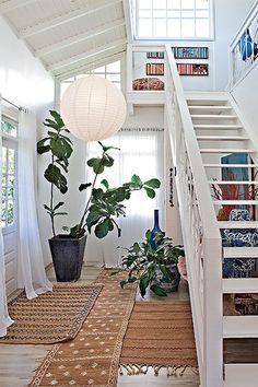 Paredes brancas refletem a luz do sol e contribuem para uma casa clara. Por isso, esta foi a cor escolhida para a base da casa da produtora de eventos Lica Paludo. Ela está nas cortinas, no teto, na escada e na luminária